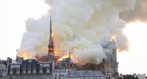 بالصور ... كاتدرائية نوتردام العريقة في باريس تحترق