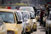 أزمة بنزين حادة بسوريا والنظام يمتص الغضب بالورود والرقص