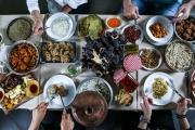 إلى من ينشرون صور موائدهم في رمضان.. 'أصل النية'!