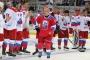 بوتين يسقط على وجهه أمام الجماهير خلال مباراة للهوكي