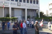 بالصور ... اعتصام العسكريين المتقاعدين امام مصرف لبنان في جونية وزحلة وصور