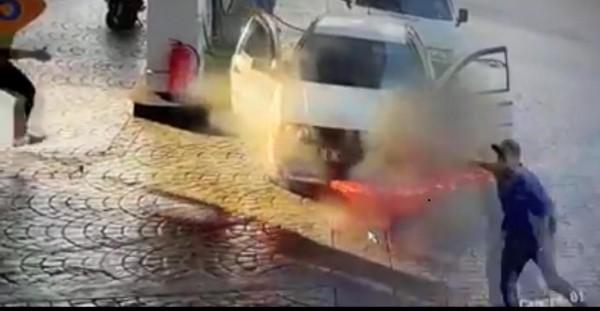 بالصور ... اندلاع حريق في سيارة في المصيلح والعناية الإلهية تُنقذ العائلة