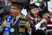 الولايات المتحدة ... ملياردير يفاجئ طلابا بتسديد قروضهم الجامعية