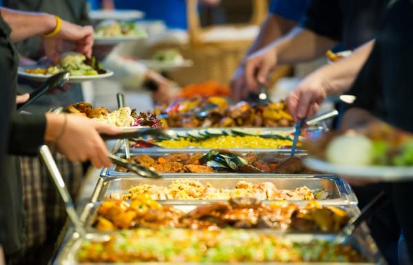 الطعام المهدور يتضاعف في بلادنا العربية في رمضان.. أين تكمن المشكلة، وكيف يمكن التغلب عليها؟