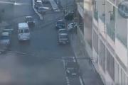 بالفيديو ... باص مدرسة يسير عكس السير في جل الديب