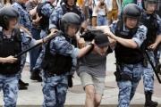روسيا ... الشرطة تحتجز 500 محتج على تلفيق تهمة لصحفي