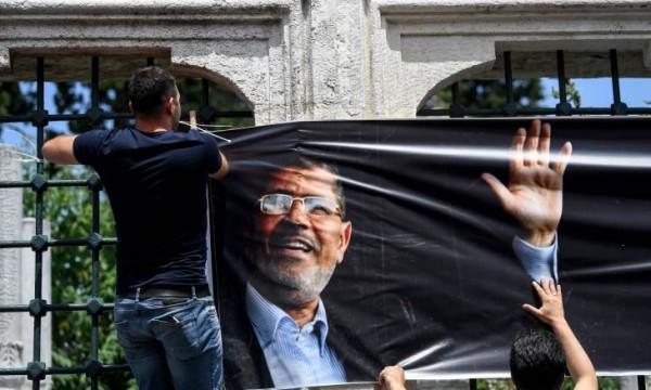 بالصور ... الآلاف حول العالم يؤدون صلاة الغائب على محمد مرسي ويفتحون بيوت العزاء