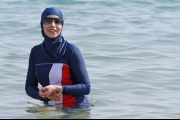 أمريكية تقود مسلمات لتحدي منع «البوركيني».. الشرطة تحقق معهن وتغرمهن بسبب ملابس السباحة