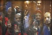 مفاجأة.. اختفاء رفقاء مرسي في قفص ظهوره الأخير