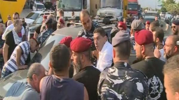 اشكال بين المعتصمين في طبرجا وسائق سيارة تابعة لفادي كرم... اليكم التفاصيل
