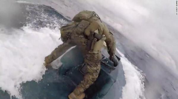 بالفيديو... مداهمة «جريئة» لغواصة محملة بأطنان من الكوكايين