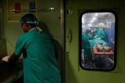 «يمسك أي شيء ويأكله».. أطباء يخرجون 33 جسماً، منها شفرات حلاقة ومفكٌّ من معدة رجل