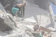 مشهد صادم .. طفلة تنقذ أخاها الصغير وهي تحت الركام بإدلب