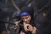 منظمة حقوقية: حوالي 3000 معتقلة تعرضت للتعذيب والإهانة منذ انقلاب مصر