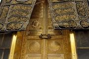 صناعة كسوة الكعبة... تقليد إسلامي ينقله الأب إلى الابن