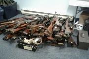 اتصل بالشرطة خطأ.. فاكتشفت 100 قطعة سلاح في منزله