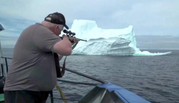 كندي يصطاد جبال الجليد ويبيع مياهها للتجار