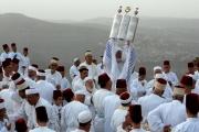يتحدثون العربية والعبرية وليسوا عرباً ولا يهوداً..