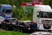 سائق شاحنة يحتفل بزفافه على طريقته الخاصة والعروس تؤيده