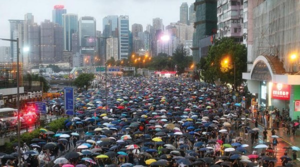 مئات الآلاف يسيرون في شوارع هونغ كونغ رغم تحذيرات بكين