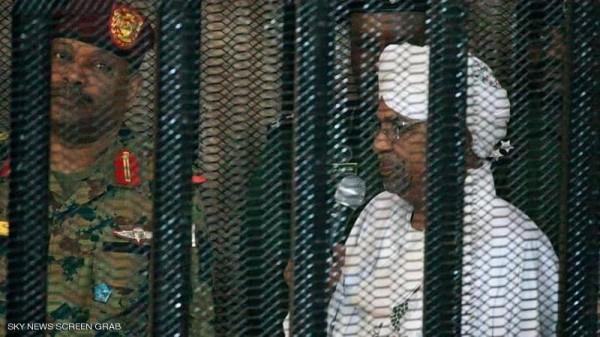 بالصور.. الرئيس السوداني السابق في 'قفص الاتهام'