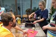 على كرسي متحرك.. احد مصابي '7 أيار' يعلّم البريطانيين فنون الطبخ