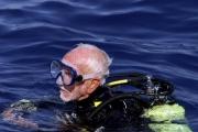 محارب عمره 96 عاماً يحطم رقمه القياسي للمرة الثالثة في الغوص