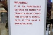 اشترى تذكرة طيران لتوديع زوجته في المطار... فاعتقلته الشرطة
