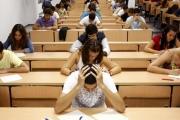 أستاذ يلجأ إلى حيلة غريبة لمنع الطلاب من الغش بالامتحان (صورة)