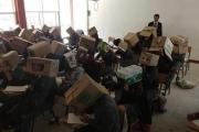 لمنعهم من الغش... معلم مكسيكي يجبر التلاميذ على ارتداء صناديق على رؤوسهم