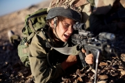 ماذا تعرف عن مجندات الجيش الإسرائيلي اللاتي يراقبن مقاتلي حماس؟
