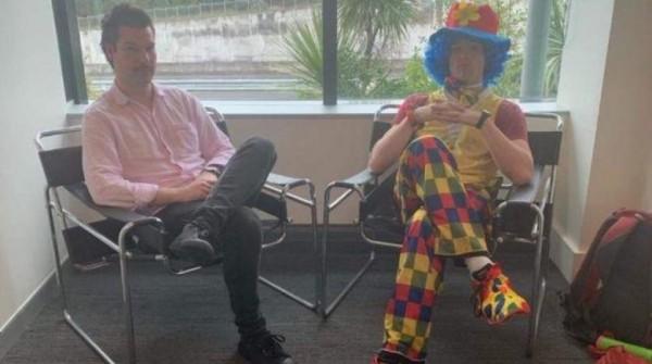 موظف يستأجر مهرجاً ليشاركه اجتماع طرده من العمل