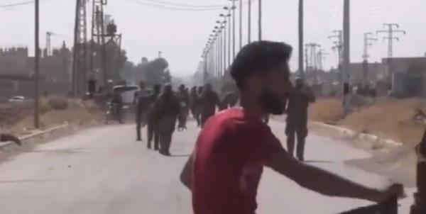 بالفيديو ... متظاهرون يدوسون ويمزقون صورة حافظ الأسد في دير الزور