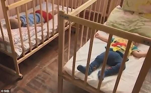 سلوك غير انساني .. تركا طفليْهما بين المشرّدين لأخذ 'استراحة'!