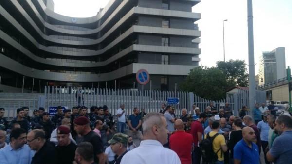 العسكريون المتقاعدون اعتصموا أمام الـ TVA وأقفلوا مداخل المبنى