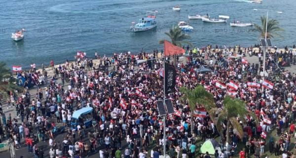 ازدياد اعداد المتظاهرين في ساحة العلم في صور
