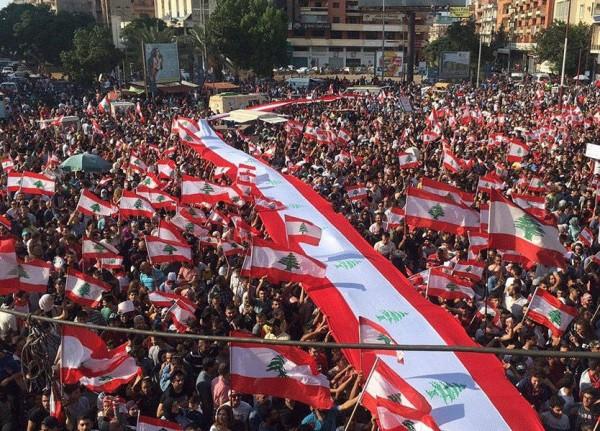 علم لبنانيّ بطول مئات الأمتار يميّز تظاهرة طرابلس