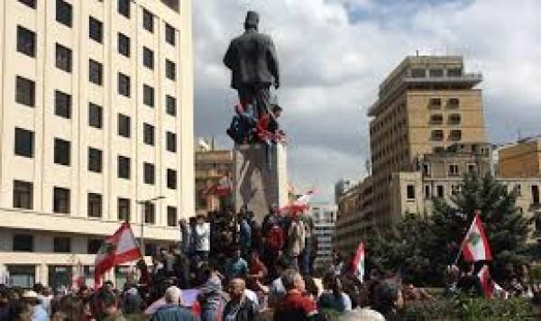 قوات مكافحة الشغب تفصل بين مجموعة المندسين والمتظاهرين في رياض الصلح