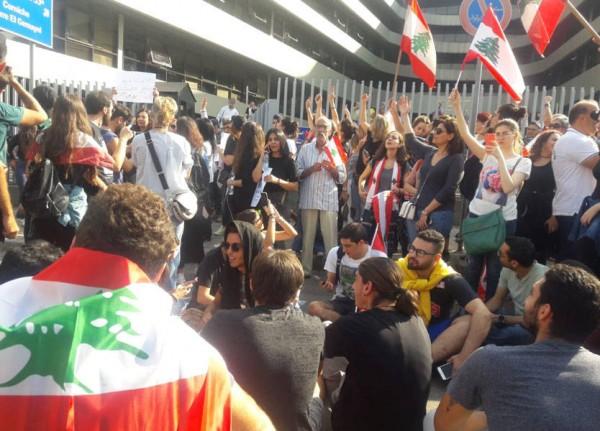 'إنتفاضة لبنان'.. من إغلاق الشوارع إلى تعطيل المؤسسات