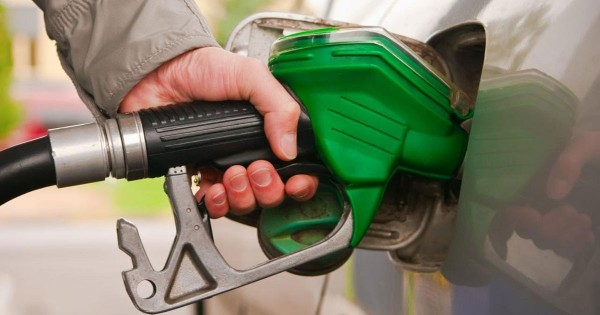 الدولة تكسر احتكار كارتيل النفط.. قرار باستيراد البنزين!