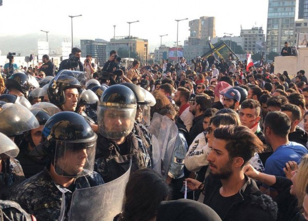بالفيديو والصور- 'كرّ وفر'.. تضارب وتدافع بين القوى الأمنية والمتظاهرين