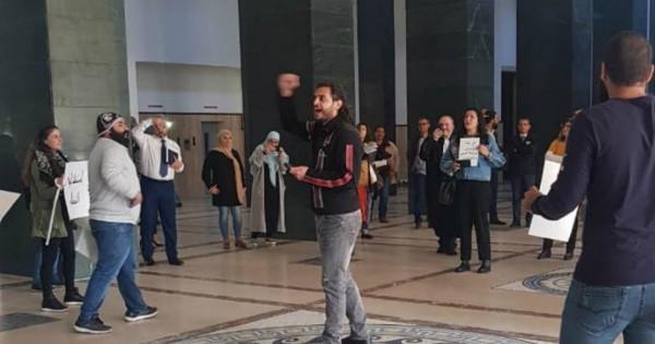 الثورة مستمرة.. متظاهرون يدخلون الى قصر العدل