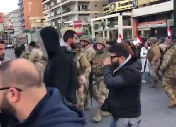 بالفيديو: إشكال بين المتظاهرين والجيش على اوتوستراد جل الديب