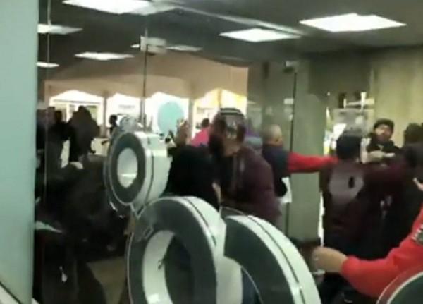 بالفيديو: إشكال بين متظاهرين وموظفي اوجيرو- بئر حسن