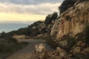 شققات وانزلاق صخور على الطريق بين فيع وزكرون