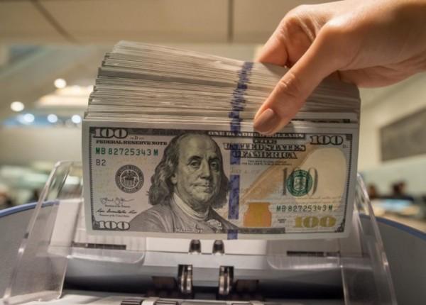 سعر صرف الدولار ينخفض... كم سجّل لدى الصرافين اليوم؟