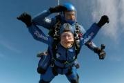 مُسنّ عمره 95 عاماً يُقنع دار الرعاية التي يسكنها بالسماح له بقفزة جوية من ارتفاع 4500 متر