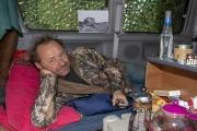 بسبب كورونا... أب يعزل نفسه في عربة بالقرب من منزله ويوهم ابنته أنه بأفريقيا