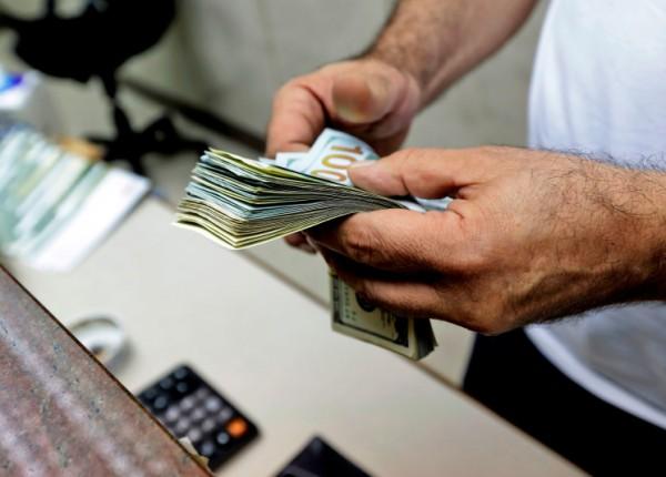 تذكير بالإبلاغ عن أي تلاعب بسعر صرف الدولار