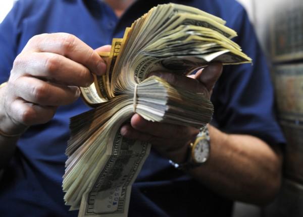ما علاقة الحريري بدولار السوق السوداء؟